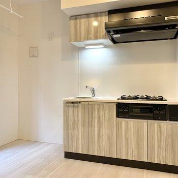 【キッチン5.6帖】キッチン脇には冷蔵庫やレンジのための電源が4つありました。