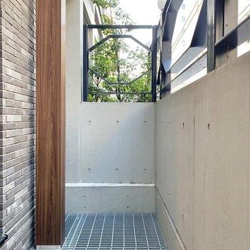 【バルコニー】1階のバルコニーは打ちっ放しに囲まれます。