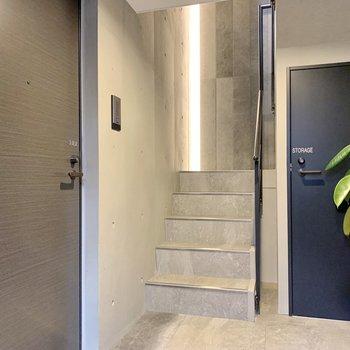 1階共用部は緑があり、目に優しいですね。
