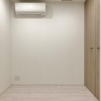 【洋室5帖】こちらもエアコン完備です。寝室はここかな。
