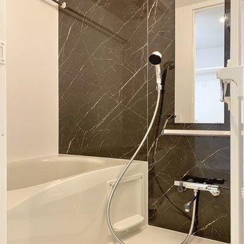 浴室は洋室は暗めのクロスが採用され、落ち着いた雰囲気に。
