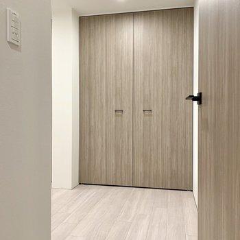 【洋室5帖】階段の正面のお部屋には収納があるようですね。