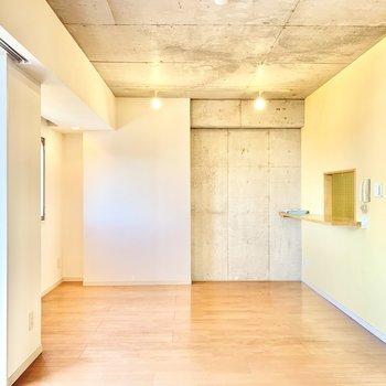 こっちにも壁際にライティングレールがありますよ。