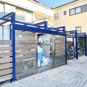 門扉付きのゴミ置き場や、駐輪場も。