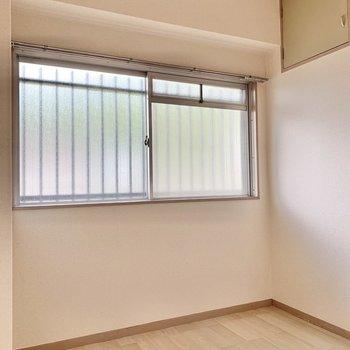 【玄関側洋室】書斎として使うのもいいかも。
