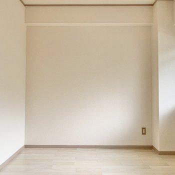 【玄関側洋室】ちょっぴりコンパクトめの洋室。