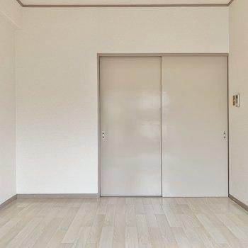 【洋室】こちらには収納がありません。その分空間を広く使えます。