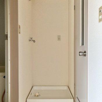 右側にはトイレ、左側がお風呂になっています。