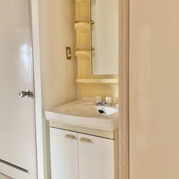 廊下に戻って、水回り。廊下に洗面台があり、動線が◎