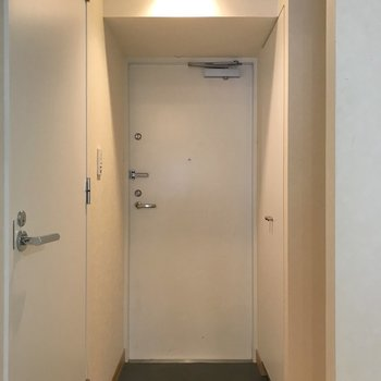 玄関含めて扉は全て白で統一されています。