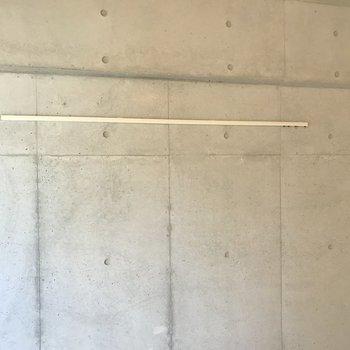 壁にはピクチャーレールも。ドライフラワーを吊るすと華やかになりますよ。