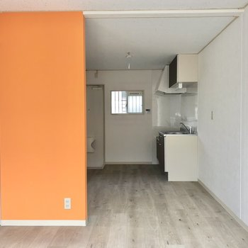 【LDK】オレンジ色の垂れ壁がアクセントに。