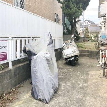 バイクや自転車も置いておけます。