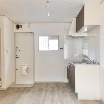【LDK】小窓が付いているので換気もしやすそう。冷蔵庫はキッチンの右隣に。