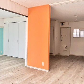 【LDK】オレンジと水色が見えてカラフルなお部屋ですね。