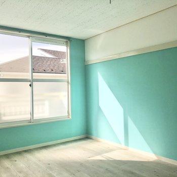 【洋室】大きな窓から光が差し込みます。