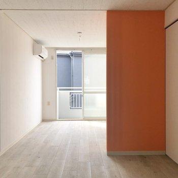 右に見える引き戸を開けると洋室に繋がります。