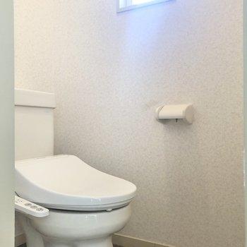 トイレにも小窓が付いていますよ。