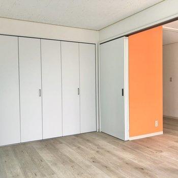 【洋室】引き戸を開けると居室とつながって開放的に。