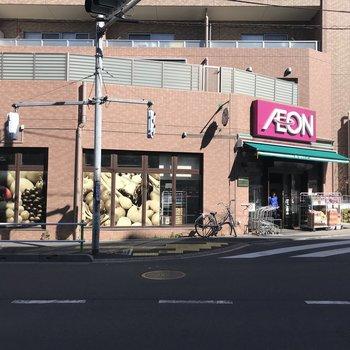 信号を渡った向かい側に、便利なスーパーがありますよ。