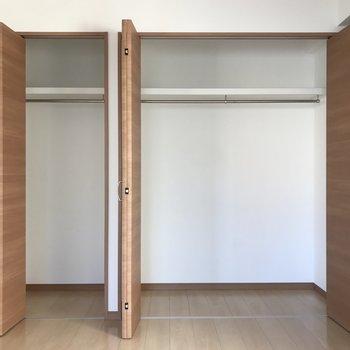 【洋室】たっぷりと容量がとられた収納スペースがついています。