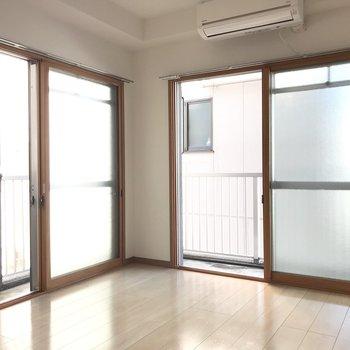 【洋室】2面採光でお部屋が明るい印象。