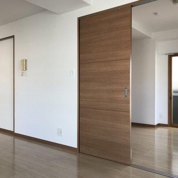 【LDK】引き戸を開けると洋室に繋がっています。