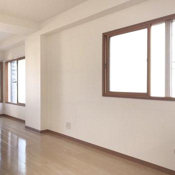 【LDK】4つも窓がついているので、風通しがいいですよ。