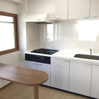 【LDK】キッチンはカウンター付き。