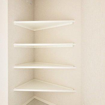 コーナーを上手に利用した棚があります。※写真は2階の同間取り別部屋のものです