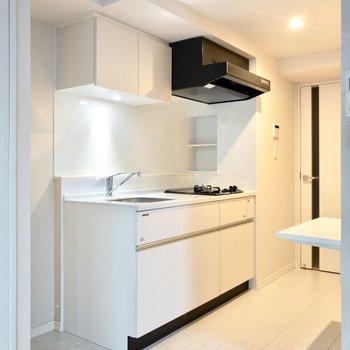 キッチン左側に冷蔵庫を置けます。※写真は2階の同間取り別部屋のものです