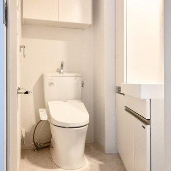脱衣所の中にトイレがあります。※写真は2階の同間取り別部屋のものです