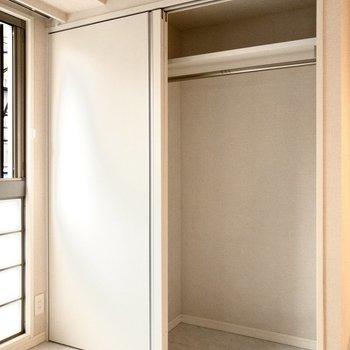 2段の収納。衣装ケースを使えば、スッキリ収納できそう!※写真は2階の同間取り別部屋のものです