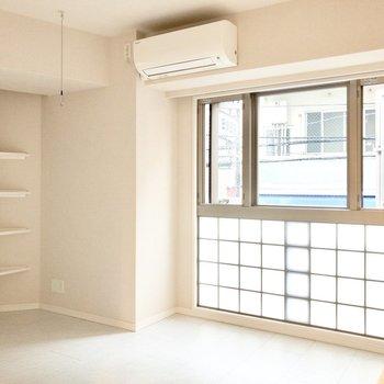 ブロックガラスから入り込む光が柔らかくて心地いい~!※写真は2階の同間取り別部屋のものです