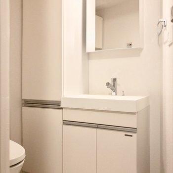 トイレ横には収納と洗面台が並んでいます。※写真は2階の同間取り別部屋のものです