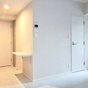 右側の扉から脱衣所に繋がっています。※写真は2階の同間取り別部屋のものです
