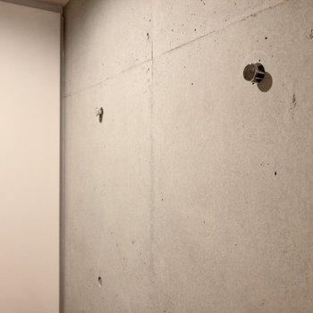 壁には上着を掛けておけば、朝の準備もスムーズにできそうですね。※写真は2階の同間取り別部屋のものです