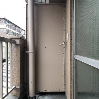 バルコニーに洗濯機置場がありました。雨の日はランドリーで洗濯するのが良さそうですね。