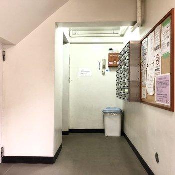 ポストは建物内の共用部に。
