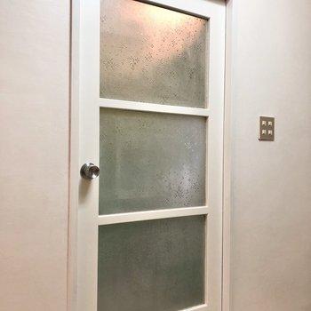 お風呂&トイレの入り口。モザイク柄が入った擦りガラスがレトロだなぁ。