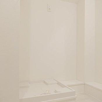 【2F】洗濯機置き場の横にはゆとりがあるので、棚を置けそうです。