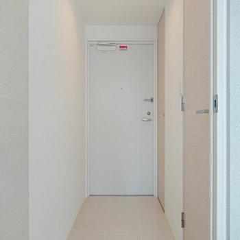 とてもフラットな玄関。コイヤマットを敷くと外との区分けになります。