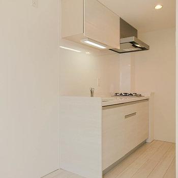 【1F】キッチンも白で綺麗。