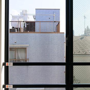 【1階・眺望】正面の青いマンション、いい色ですね。