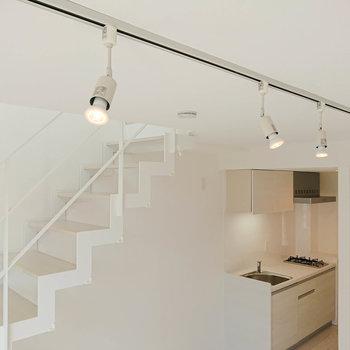 【1F・ディテール】照明はスポットライト。ライトは好みのものに変えられますよ。