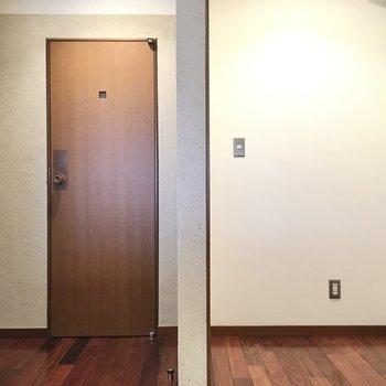 収納場所は右側の場所につくりましょう〜!左のドアはサニタリースペース!(※写真は清掃前のものです)