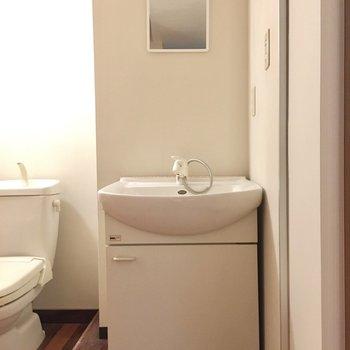 洗面台は入って右側に。(※写真は清掃前のものです)