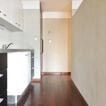 キッチンは廊下側に。(※写真は清掃前のものです)