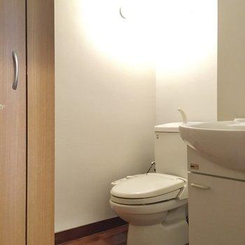 奥にトイレはあります。ウォシュレット付きです。(※写真は清掃前のものです)