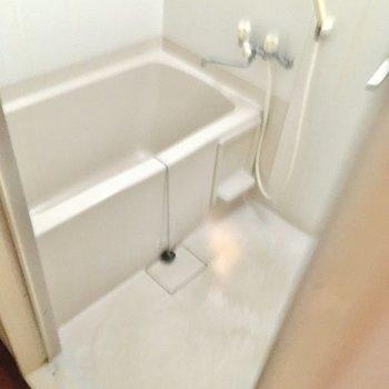 お風呂はシンプルなタイプ。(※写真は清掃前のものです)